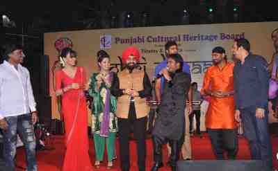 Raju-Shrivastav,-Shrelyn-Chopra,-Charan-Singh-Sapra,-Salim-Sehzada,-Harbhajan-Singh,-Vindu-Dara-Singh-and-Manpreet-Gony-was-seen-dancing-at-Lohari-Di-Raat