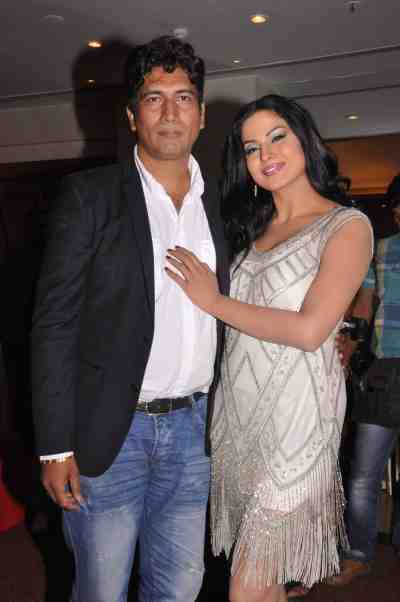 Satish-Reddy-with-Veena-Malik-at-The-City-That-Never-Sleeps-Bollywood-Hunt.2