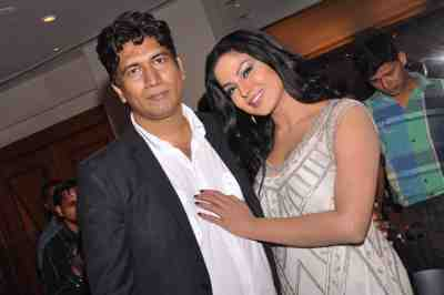 Satish-Reddy-with-Veena-Malik-at-The-City-That-Never-Sleeps-Bollywood-Hunt