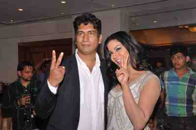 Satish-Reddy-with-Veena-Malik-at-The-City-That-Never-Sleeps-Event