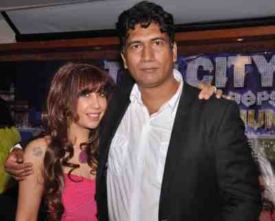 Vandana-Vadera-with-Satish-Reddy-at-The-City-That-Never-Sleeps-Bollywood-Hunt