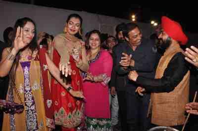 Yukta-Mukhey,-Vindu-Dara-Singh-and--Charan-Singh-Sapra-dancing-at-Lohari-Di-Rat