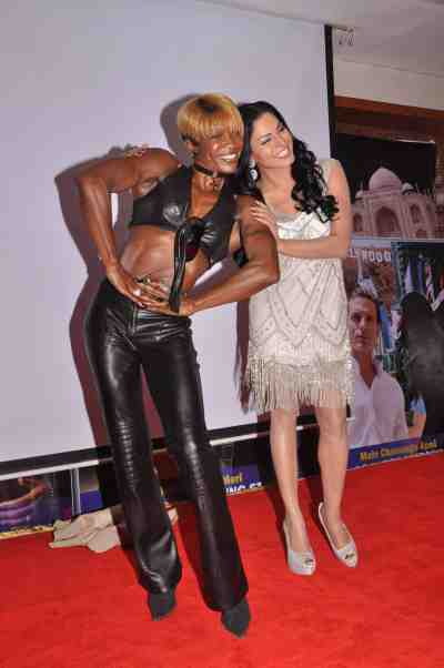 Yvetta-Shaw-with-Veena-Malik-at-The-City-That-Never-Sleeps-Bollywood-Hunt