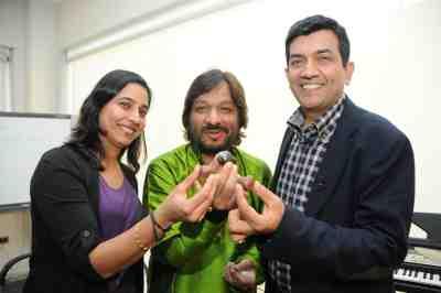 10. Sanjeev & Alyona Kapoor with Roop Kumar Rathod DSC_3952
