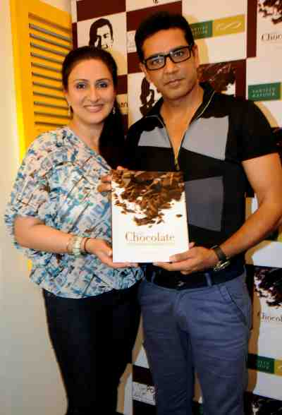 19. Juhi Babbar with Anoop Soni with the Book DSC_4301