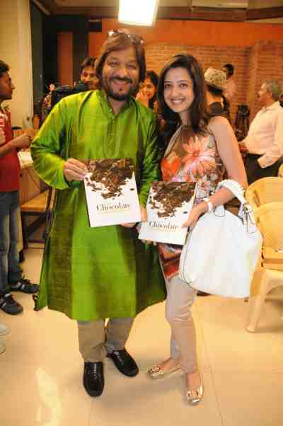 20. Roop Kumar RAthod with Amy Billimoria with the book DSC_4357