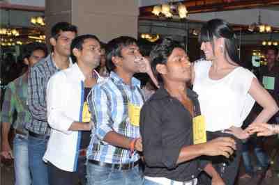 veena malik kissing bollywood hunt contestant1