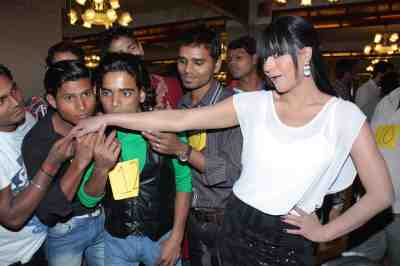 veena malik to be kissed by 130 times for attempting guiness world record