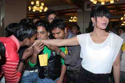 veena malik to be kissed by 130 times for attempting guiness world record1