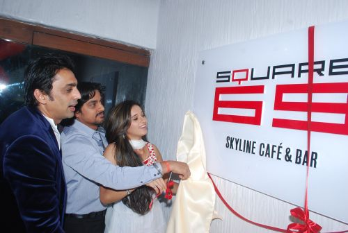 Anuj Saxena unviling the logo of new cafe lounge Square 69