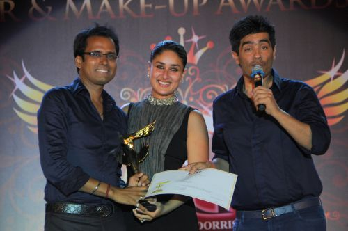 15. Kareena Kapoor and Manish Malhotra Awarding her Hair Dresser Pompy DSC_9186
