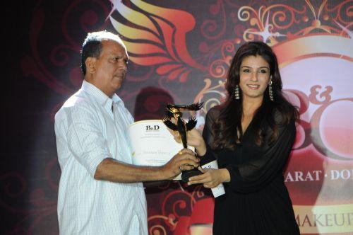 17. Raveena Tandon awarding Praveen Bhatte DSC_9783