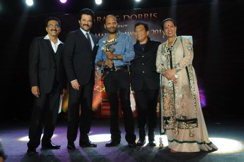 18. Bharat Godambe, Anil Kapoor, Bhadur and Dorris Godambe awarding Deepak DSC_9972