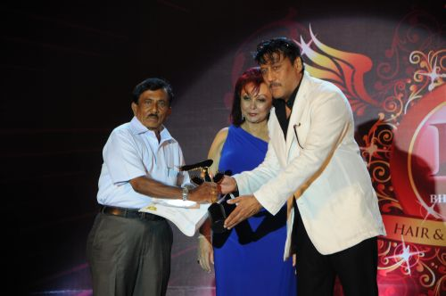 19. Jackie Shroff and Maureen Wadia awarding makeup artist DSC_9144