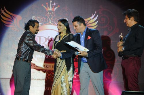 33. Sushil Kumar, alongwith Aarti and Kailash Surendranath Awarding Makeup Artist DSC_9522