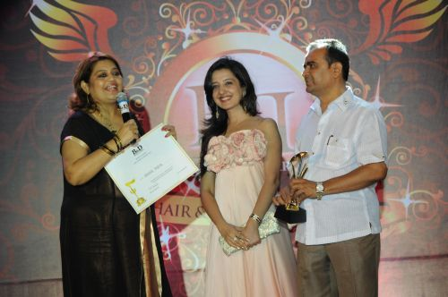 46. Amy Billimoria and Yogesh Lakhani awarding DSC_9337