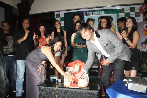 Lalitya Munsha Vivek Oberoi cutting cake with all grand masti team at event