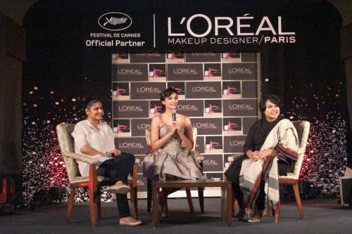 L'Oreal Paris beauty expert Namrata Soni, L'Oreal Paris brand ambassador Sonam Kapoor, L'Oreal Paris General Manager Manashi Guha