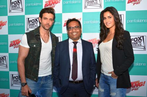 01-Hrithik Roshan & Katrina Kaif with Mr.Shital Mehta,CEO Pantaloons@launch of Bang Bang inspired Pantaloons Collection