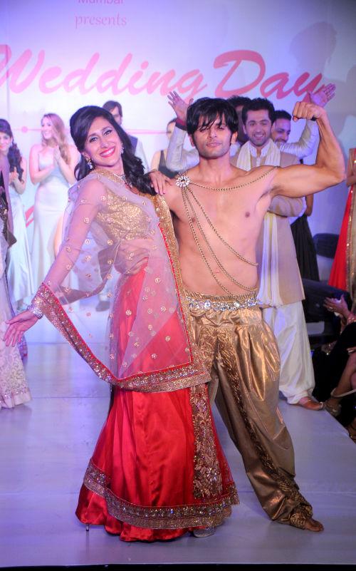 12. Karanvir Bohra with Teejay Sidhu walking the ramp  for Designer Amy Billimoria DSC_2298