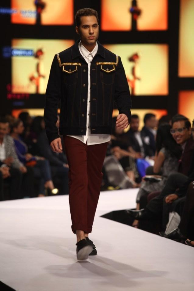 Model in Dhruv Kapoor on Day 02 at Van Heusen+GQ Fashion Nights (11)