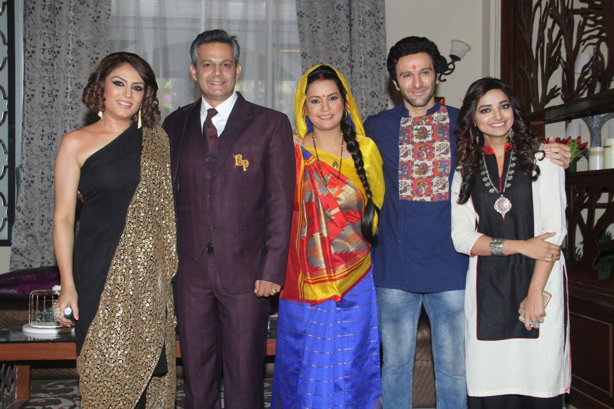 The cast of Meri Hanikarak Biwi