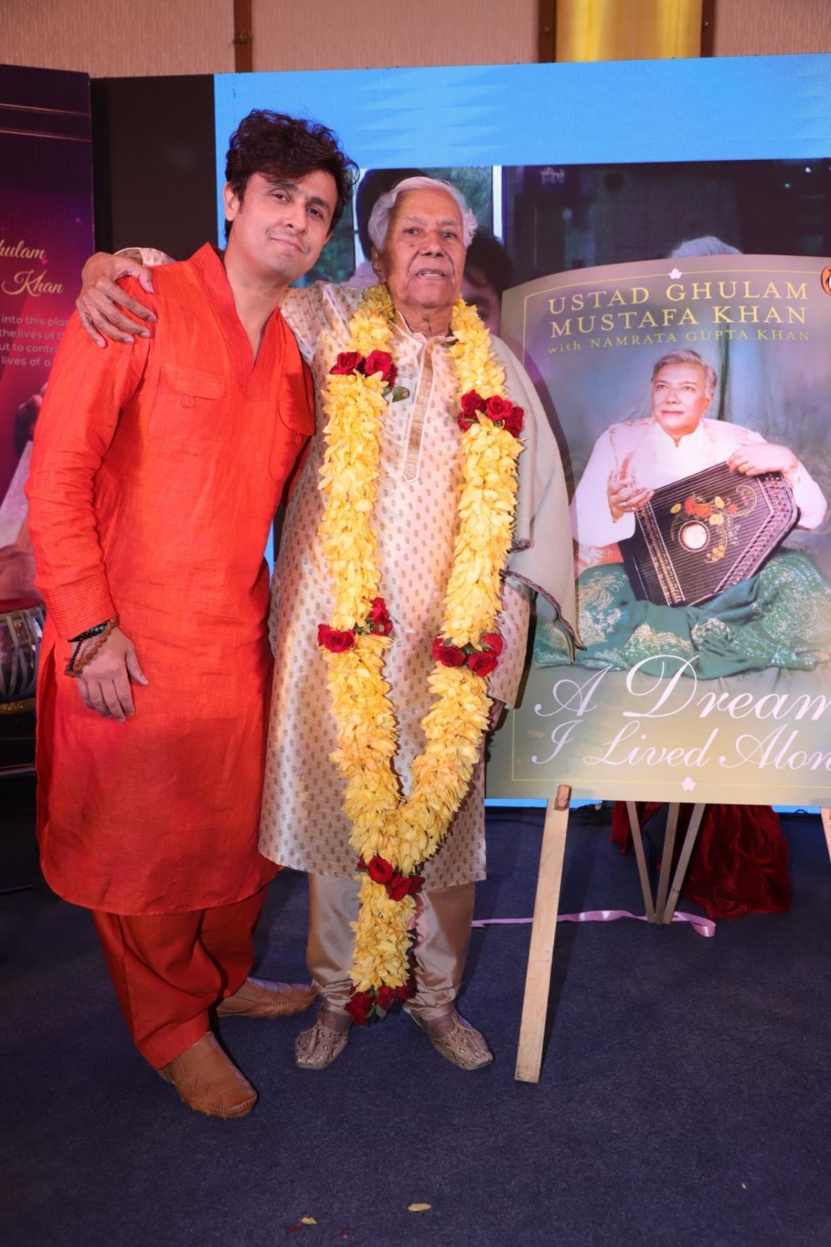 1 Sonu Nigam with his Guru Ustad Ghulam Mustafa Khan.JPG