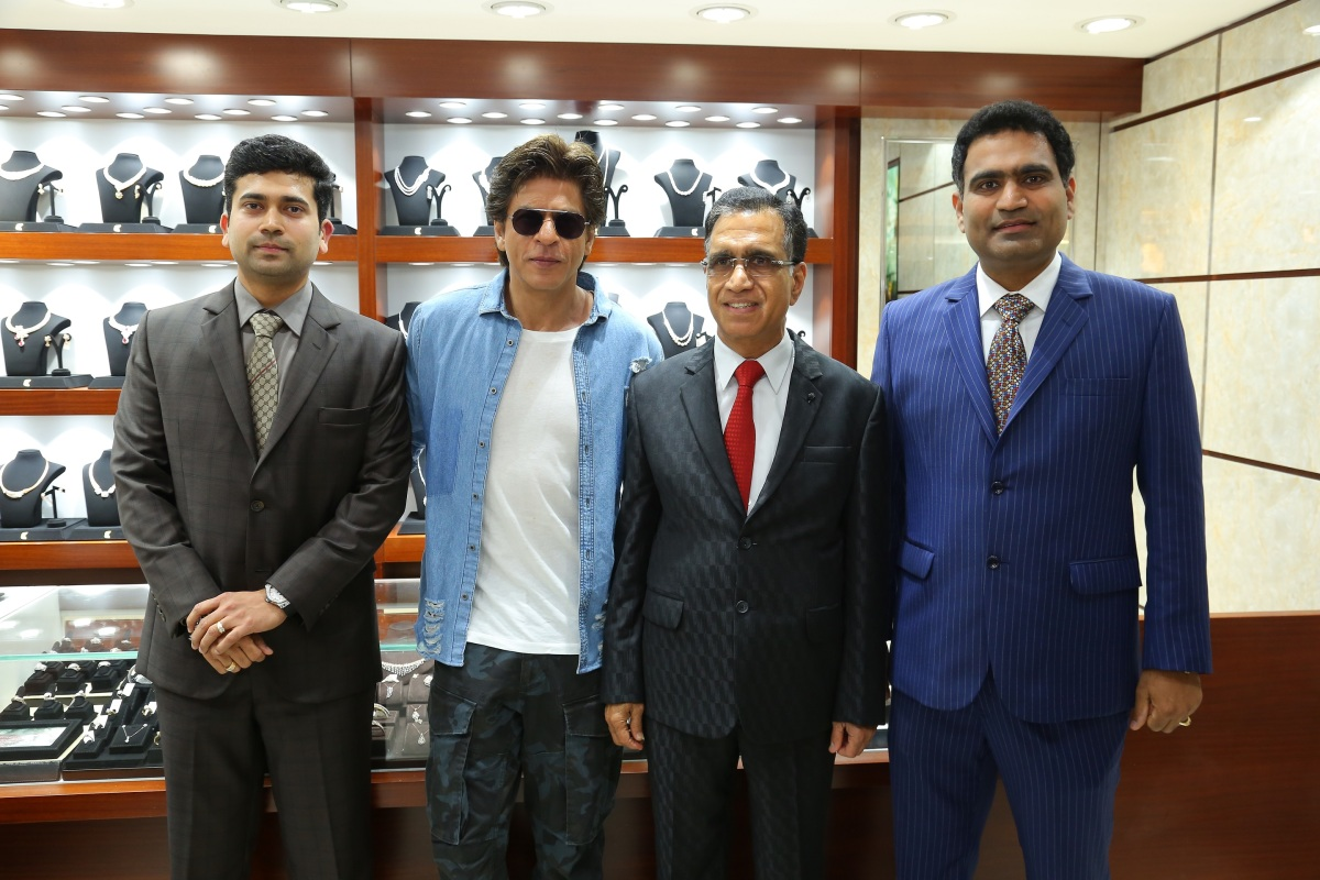 Shahrukh Khan with Kalyan Jewellers Management MR. T.S. Kalyanaraman MD and Chairman of Kalyan Jewellers, Ramesh Kalyanaraman-Director KJ and Rajesh Kalyanaraman-Director KJ.JPG