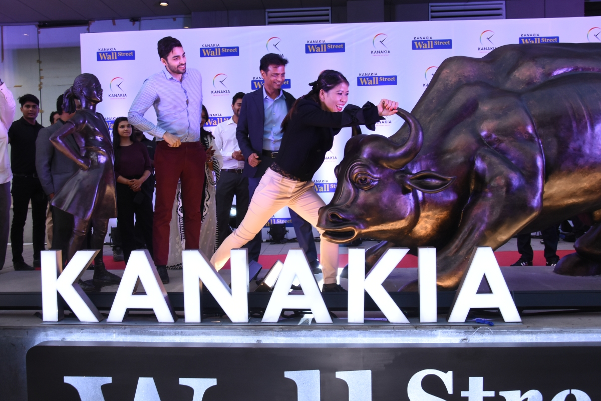 Mary Kom unveils the Fearless Girl statue at Kanakia Wall Street